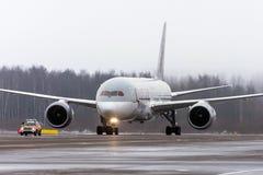 波音787卡塔尔航空航空公司,机场普尔科沃,俄罗斯,圣彼德堡2017年12月19日 库存图片
