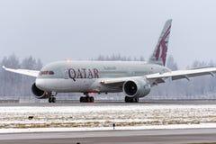 波音787卡塔尔航空航空公司,机场普尔科沃,俄罗斯,圣彼德堡2017年12月19日 免版税库存照片