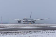 波音787卡塔尔航空航空公司,机场普尔科沃,俄罗斯,圣彼德堡2017年12月19日 免版税图库摄影