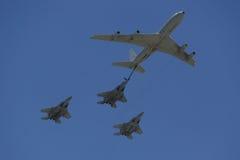 波音707在形成的换装燃料罐车与在以色列` s年鉴美国独立日期间的F-15I全天候多角色罢工战斗机 免版税库存图片