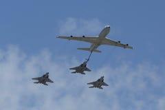 波音707在形成的换装燃料罐车与在以色列` s年鉴美国独立日期间的F-15I全天候多角色罢工战斗机 免版税图库摄影