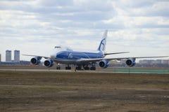 波音747-8 (在机上VQ-BLQ)航空公司宣扬桥梁货物 库存图片