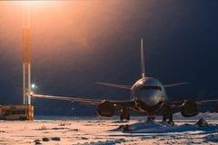 波音737-500在机场停放了在晚上 库存照片