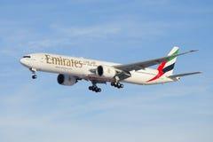 波音777--31她的航空器(A6-EGO)在下滑路径的阿联酋国际航空 图库摄影