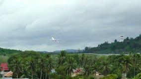 波音777离开反对风雨如磐的云彩 股票视频