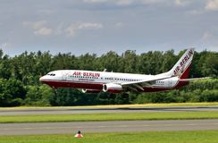 波音737 800柏林航空着陆在机场帕德博恩,德国 免版税库存照片