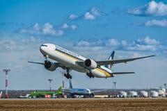 波音777-300跑道的ER新航在机场 库存图片