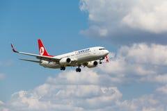 波音737从跑道离开 免版税库存图片