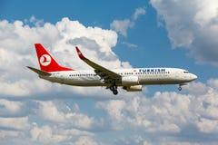波音737从跑道离开 免版税库存照片