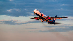 波音767 AzurAir航空公司从机场离开 免版税库存图片