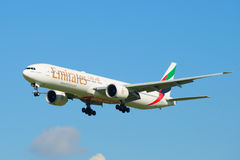 波音777-300 A6-EGU阿联酋国际航空公司在下滑路径飞行 免版税库存图片