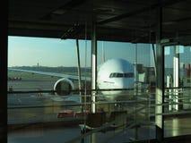 波音777-300 ER准备好上 库存照片