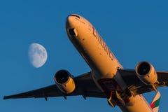 波音777-300er酋长管辖区航空公司在月亮的背景离开 免版税库存图片