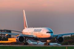 波音777-200er Transaero航空公司在机场离开跑道 库存照片