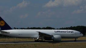 波音777-FBT汉莎航空公司货物乘出租车 影视素材