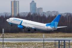 波音737 Pobeda航空公司,机场普尔科沃,俄罗斯圣彼德堡2017年12月02日, 库存照片