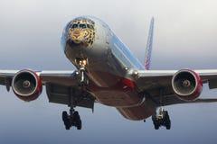 波音777-300 Rossiya航空公司EI-UNP在特别远东豹子色彩设计着陆的在伏努科沃国际机场 库存图片