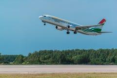 波音737-900 Somon空气从机场离开 免版税图库摄影