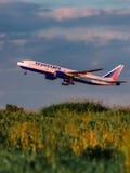 波音777 Transaero航空公司从机场离开 库存图片