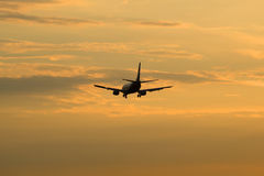波音737 VP-BRG Nordavia地方航空公司飞行入晚上天空 免版税库存图片