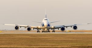 波音B747飞机乘出租车到起飞的跑道 免版税库存图片