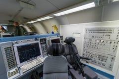 波音E-3A哨兵AWACS无线电情报的操作员的地点  库存照片