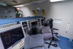 波音E-3A哨兵AWACS无线电情报的操作员的地点  库存图片
