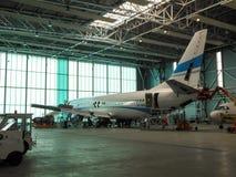 波音Enter在地面服务期间的航天特许证航空公司B737  免版税库存图片