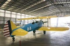 波音Stearman航空器在飞机棚 库存照片