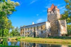 波滕多夫城堡和哥特式教会废墟在艾森斯塔特附近 免版税图库摄影