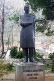 波黑,莫斯塔尔- 07/08/2015 :对著名塞尔维亚诗人,莫斯塔尔的当地人,亚历克斯Shantic的纪念碑 免版税图库摄影