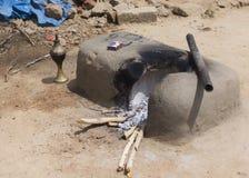 泥厨灶在村庄家外 库存图片