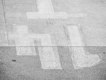 水泥和沥青地板黑白口气在机场 免版税库存图片
