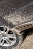 泥喷溅了suv 免版税库存图片