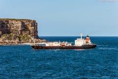 水泥在悉尼港口的载体船 库存照片