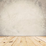 水泥墙壁背景和木头地板 免版税库存图片