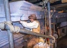 泥工蜡象在一个建筑工地在杜莎夫人蜡象馆博物馆在伦敦 免版税库存照片