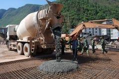 水泥搅拌车卡车在建造场所 图库摄影