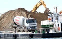 水泥搅拌车在海的建造场所constru的 库存照片