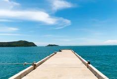 水泥桥梁延伸到海在与多云天空的退潮时间 库存图片