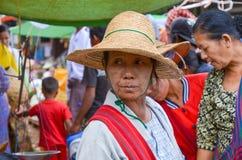 泥河,缅甸, 2016年9月12日:穿在缅甸的一名未知的地方妇女的Portret传统衣物 免版税库存图片