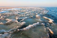 泥泞的冰在Ladoga湖,俄国的春天 库存图片