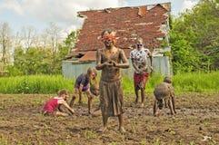 泥泞的小男孩前景,国家孩子muid战斗背景 免版税库存照片