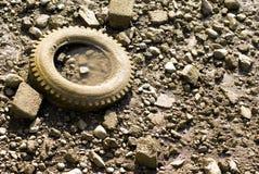 泥泞的河轮胎 库存照片