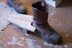 泥泞的牛仔靴 库存照片