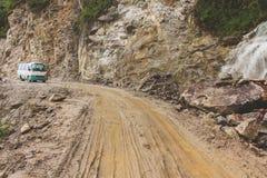 泥泞的路和公共汽车在途中对Punakha向通萨 库存照片
