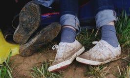 泥泞的鞋子 库存照片