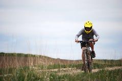泥泞骑自行车的人的山 免版税库存图片