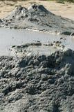 泥火山的壮观的爆发甲烷造成的在vulcanii noroiosi在berca村庄buzau县罗马尼亚附近 库存照片