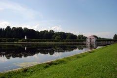 泥灰质的宫殿公园petrodvorets 免版税库存照片